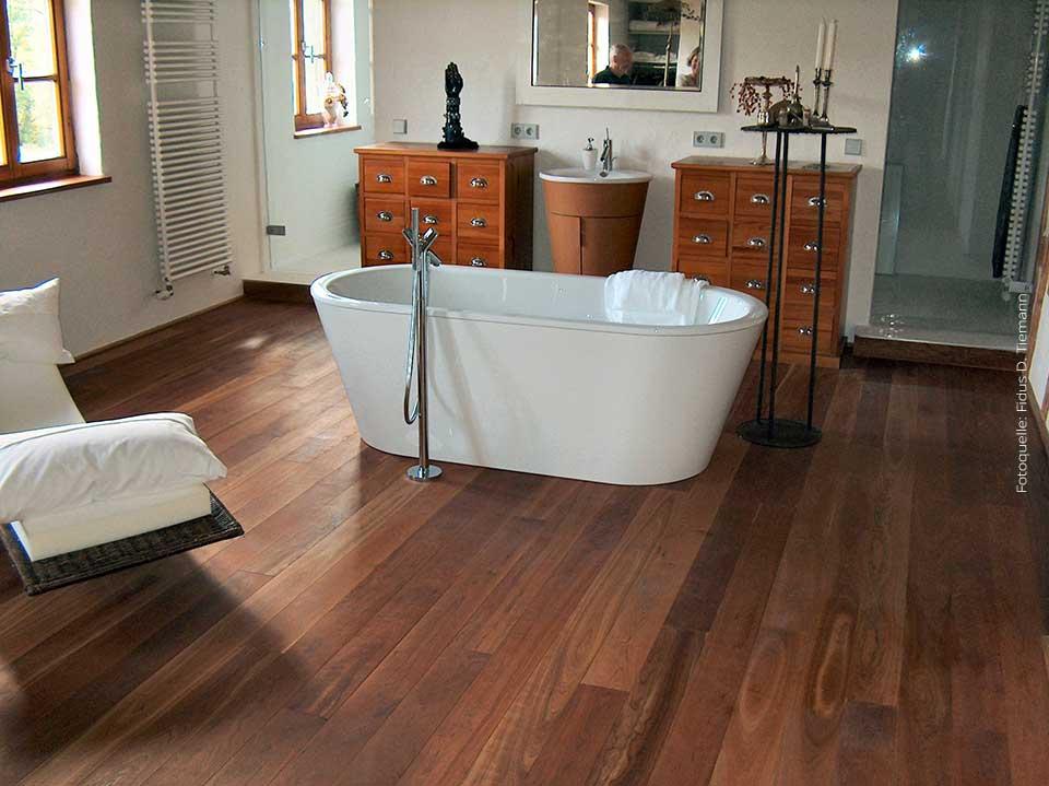 Holzboden fur badezimmer bild bild allweibad mit holzbden fr ein rustikales ambiente eine weie - Laminat fur badezimmer ...